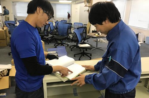 引越しのAZUMA オフィスの引っ越し 作業員に移設要領を伝達
